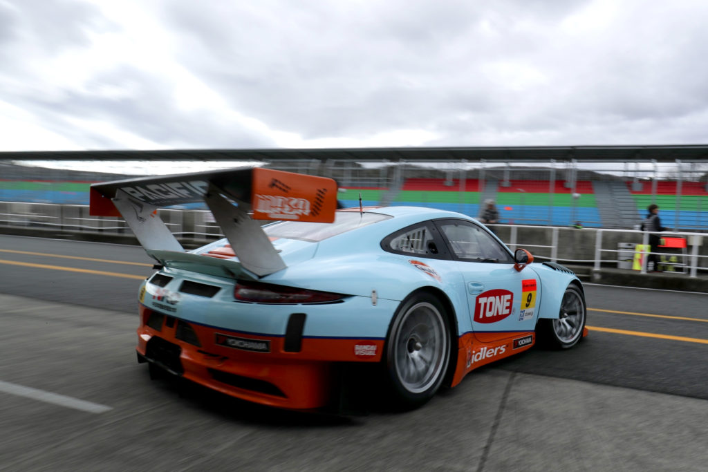 Gulf Porsche exiting the pits at Okayama