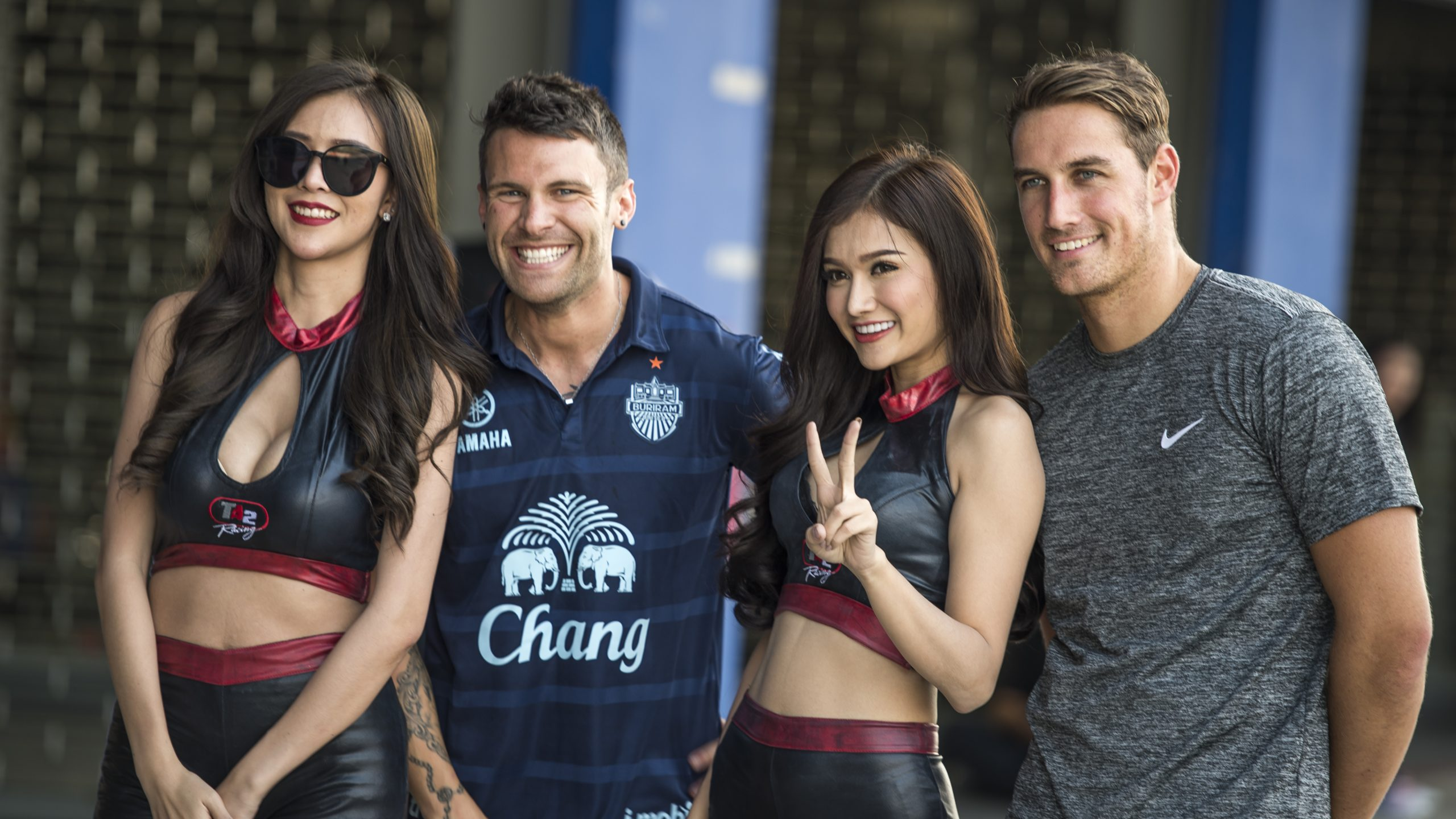 Jono Lester (left) with Maximme Jousse and the Thai Super Series Race Queens